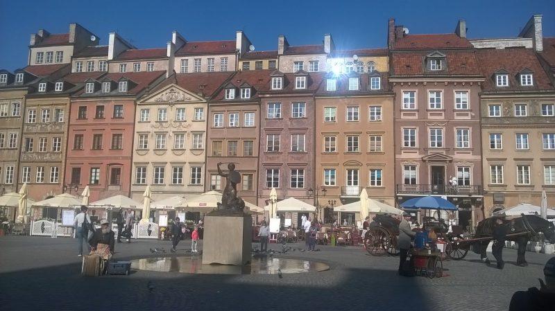 Рыночная площадь Старой Варшавы с памятником символу города Серенке