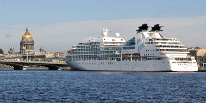 Круизный лайнер из Санкт-Петербурга