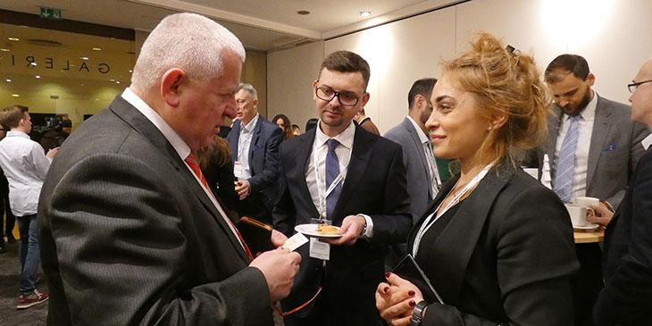 Марек Трачик, президент WIG, беседует с Нутшей Абрамишвили, генеральным директором Schuchmann Group.Фото Mirosław Gleb